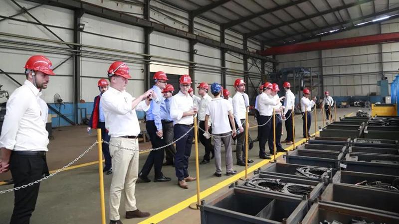 國外員工參觀開泰生產車間